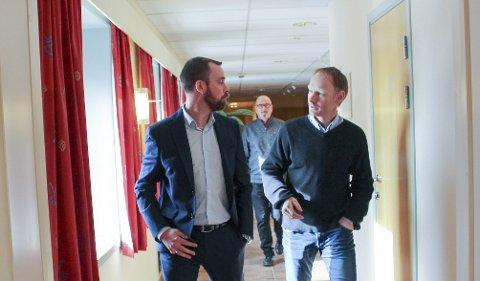 FEIDE: Her er vegvesenets Jørgen Frøyd på vei ut fra rettssalen sammen med daglig leder Halvor Østerli i Porsgrunn Utvikling, som eier p-selskapet sammen med Bane NOR. PD informerte fredag Østerli om ny sak i forbindelse med nabovarsel, men han var opptatt i møte.