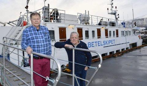 Flott: Maskinpasser Per Berge (t.v.) og matros Lasse Hamberg er veldig glad i å reise opp og ned langs kysten. De kommer til nye steder og møter mange trivelige folk. Foto: Gøran O. Pedersen