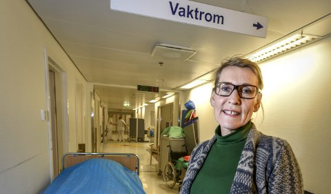 Administrerende direktør i Helgelandssykehuset, Hulda Gunnlaugsdottir, blir bedt om å komme med skriftlig svar til Helse Nord, om hvilken enhet i helseforetaket tarmkreftkirurgien skal tilbakeføres til.