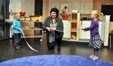 Ordfører Anita klipte snora i nye Bakkehaugen barnehage med god hjelp av Isak og Frida.. 21. oktober 2010
