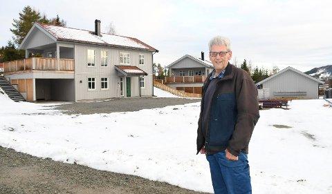 Er i gang: Byggmester Jon Kåshagen har foreløig bygd tre bolighus på det nye boligfeltet i Næroset. Planen er å bygge 70 boenheter.