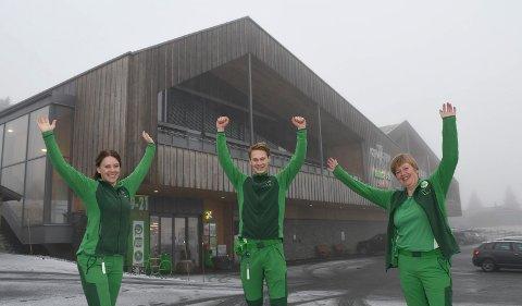Ansatte jubler for rekord: 2020 kommer til å by på omsetningsrekord for Kiwi Sjusjøen. - Herlig, jubler Monica Hagevold (t.v.), Mathias Sortåsløkken og Åse Berit Leine.