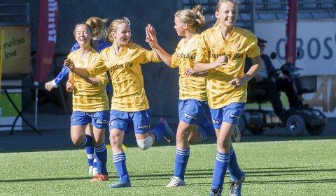Helgerud skole vant fjorårets jentefinale suverent. 11–1 ble seierssifrene over Vang skole, og her jubler jentene.