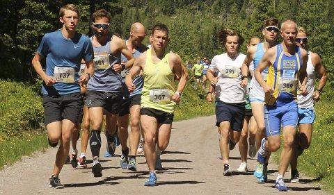 Holdt god fart: En av gruppene i feltet anført av beste norske Ronny Losoa (387).