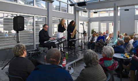 Publikum koste seg med god musikk i glasshuset.