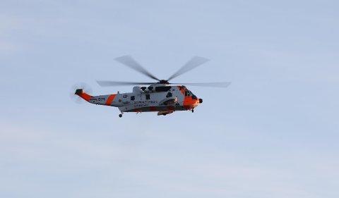 LETER: Redningshelikopteret av typen Sea King lette etter mannen ved Østre Buttentjern onsdag kveld.