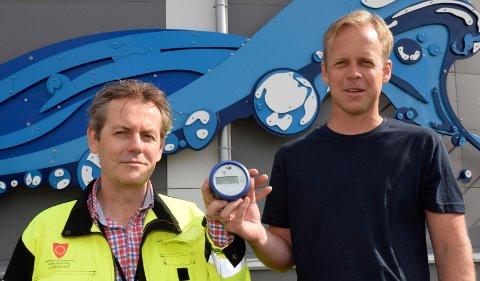 NY MÅLER: Avdelingsleder Øyvind Tosseviken og prosjektleder Håvard Bjørklund viser fram den nye, digitale vannmåleren utenfor vannverket på Kilemoen.