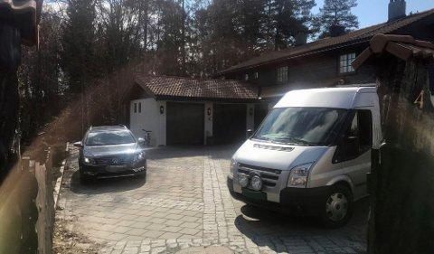Her er politiet på plass utenfor huset til Tom og Anne-Elisabeth Hagen på Fjellhamar. FOTO: THOR FREMMERLID