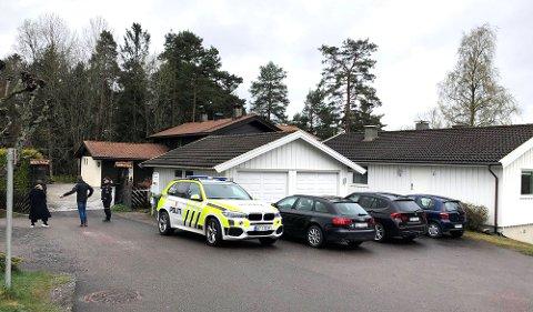 HJEMMET: Her er politiet utenfor Sloraveien 4, hjemmet til Tom Hagen på Fjellhamar i Lørenskog. FOTO: SIREN GUNNARSHAUG
