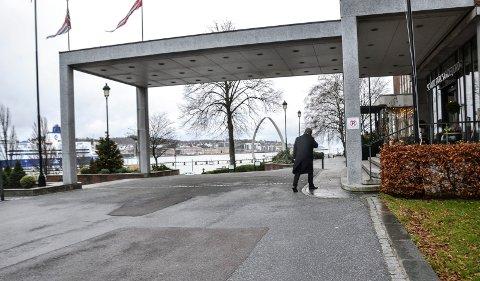 MEDIESKY: Frode Teigen er majoritetseier i Fjord Line. Her går han inn på Scandic Park Hotel tirsdag formiddag etter møtet med ordføreren, mens han registrerer at konkurrenten MS Color Viking bakker ut.