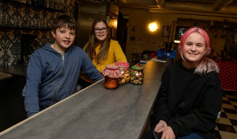 NAPERN: Ungdommen på Naper`n har både bakt og syltet til jul. Kasper Eika (f.v), Ingeborg Eikås og Lea Nikita Edvardsen (alle 13 år) gleder seg til julemarkedet og «KonsertRevyen» til onsdag.
