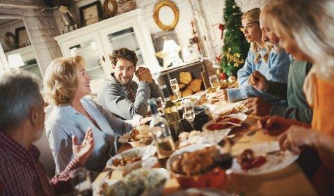 RO: For å få en rolig og hyggelig stemning rundt middagsbordet i julehøytiden, er det lurt å holde seg unna visse tema for å unngå konflikter. Foto:Getty Images