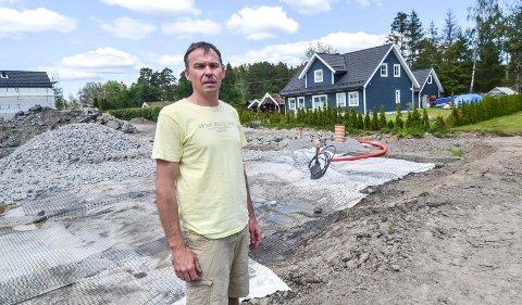 KVIKKEIRE: Både grunnen under de nye rekkehusene og boligen til Michael Rek er kvikkleire. Det har forsterket rystelsene, mener Michael Rek.