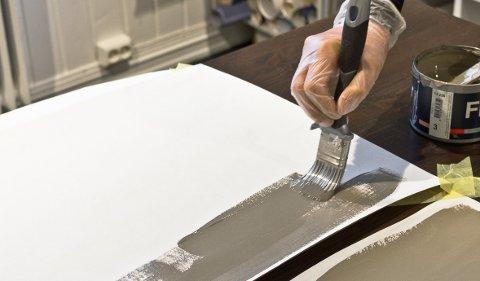 Første trinn i fargevalget er å plukke ut aktuelle farger og vurdere papirprøven der den skal brukes. Etter at du har valgt bort farger, tester du to-tre farger med store oppstrøksprøver.