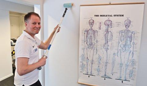 – Ved å bruke et forlengerskaft fordeler du kreftene og kan jobbe sunnere, sier naprapat Espen Rustgaard. (