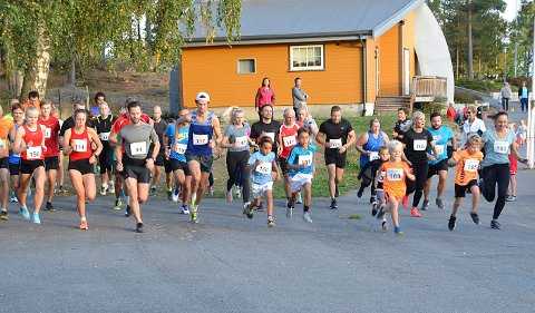 DE VOKSNE I GANG: Starten i Glavamila har akkurat gått med 53 deltakere.
