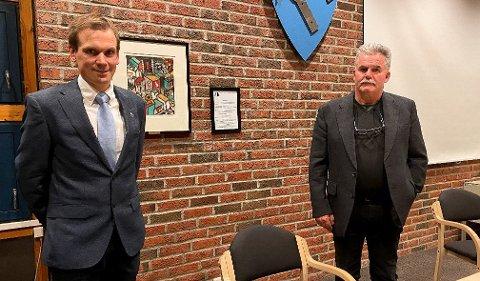 Ordfører Theodor Bye (t.v.) og rådmann Kjell Jogerud ønsker mer samarbeid med andre, mindre kommuner. Men de har ingen panikk etter at Marker ble stående utenfor storkommunen.