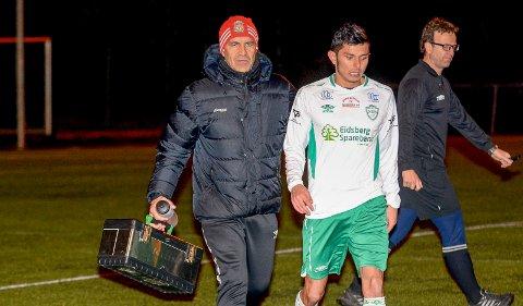 TRIST: Klubblegenden Jan Tore Bjerkheim (t.v.) synes det er trist at fotballen i Mysen IF nå dropper grønnfargen i draktene og bytter logoen. Her samme med tidligere Mysen-spiller Valon Hasi.