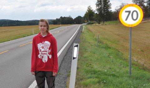 FOR HØY FART: Michaela Szijartova mener fartsgrensen langs deler av riksvei 22 i Trømborg er for høy.