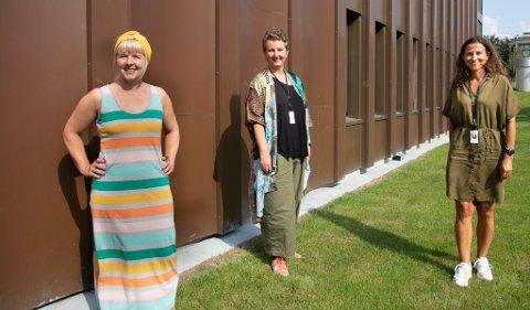 Fritidsveileder Trine Gulsrud (t.v.), rådgiver Therese Selvig og Tone Randulff Stein fra ungdomsteamet avbildet i sommer da de skulle ut og snakke med folk på Skadberg om hvordan man skaper et godt nærmiljø. Det har de nå gjort, og ideene fra folk er mange.