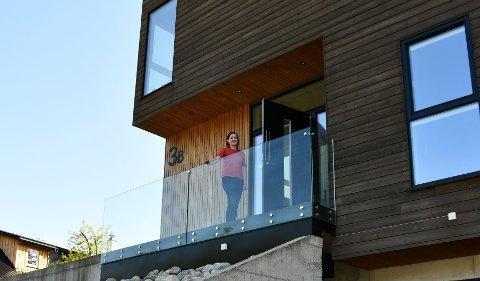 DRØYMEHUSET: Kristina Ravnås Hansen bur vegg i vegg med foreldra i sitt 340 kvadratmeter store drøymehus.