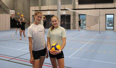 GLEDER SEG: Ellinor Krane (t.v.) og Malin Barkved Hetle er snart klare for sin første offisielle volleyballkamp.Det ser de fram til.
