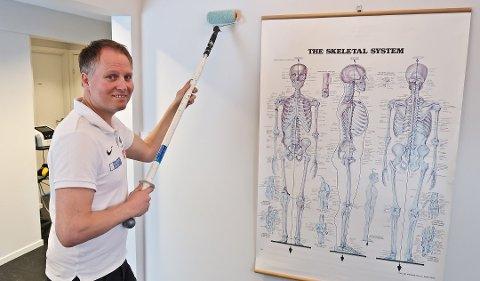 – Ved å bruke et forlengerskaft fordeler du kreftene og kan jobbe sunnere, sier naprapat Espen Rustgaard. ( Foto: Robert Walmann, ifi.no/ANB)