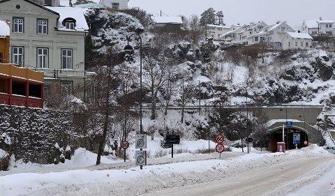 Til venstre for tunnelmunningen, på den såkalte «Folkehjelptomta», skal Kragerø Utvikling bygge et parkeringshus. Det er imildertid en floke som må løses - hvor skal inn- og utkjøringen skje?