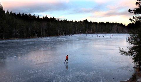 I mangel av snø i Oslo område er det mange som benyttet  vannene i Marka til skøyteturer. F.eks Kringla i Lillomarka. Foto: Vidar Ruud / NTB scanpix