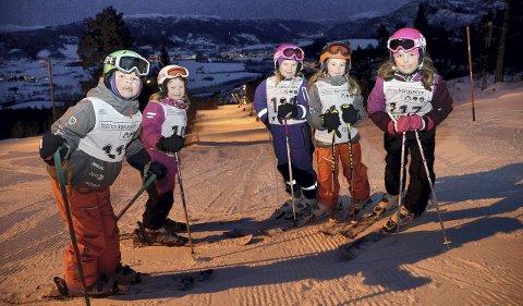 Jørgen Rudolfsen (6), Selma Stavik Heggset (6), Live Aakvik (8), Maja Mogstad (8) og Ane Dahl Andreassen (8) klare til onsdagens renn i Telenorcupen. Foto: Tor Helge Solli