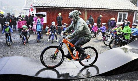 Ordfører Knut Sjømæling prøvde selvsagt den nye sykkelbaneni Batnfjord da det var offisiell åpning.