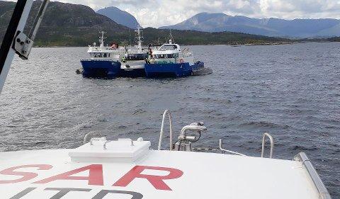 """Dette bildet tatt fra redningsskøyta """"Erik Bye"""", viser at to andre båter ligger kloss inntil """"Hans"""". Foto: """"Redningsselskapet"""