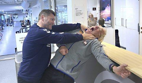 Alltid i godt humør: Eren Gjægtvik og Leif Olav Alnes har møttes regelmessig på Olympiatoppen det siste året. Fleipen mellom trenerne er alltid til stede. Et kvelertak er med andre ord ikke så farlig som det kan se ut som på bildet. Foto: Felix Baldauf