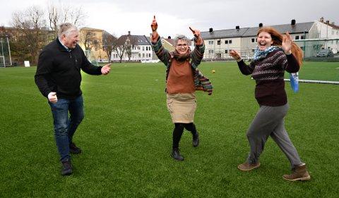 Torbjørn Sagen (fra venstre), Ragnhild Helseth og Victoria Smenes danset av glede da de kunne fortelle om det nye fritidskortet som kommer i Kristiansund. Fredag er det klart til bruk.