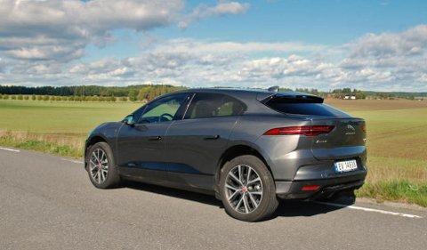 Elektriske I-Pace vil mangedoble Jaguar-salget i Norge i år. De første kundene får bilene sine i disse dager. Bestiller du nå, er leveringstiden andre kvartal neste år.