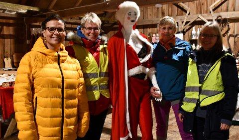 Fire av utstillerne (eller kuene som de kaller seg) på årets første julemarked i Ulevåg. Fv Anette Hauglid Gjerland, Tanja Hauglid Ellefsen, Anette Theresie Andreassen og Tone Heggelund. I midten maskoten Ruth.