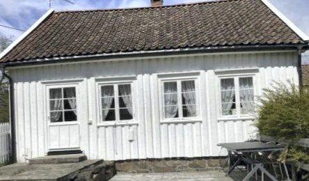 Sandøya: Politikerne i Tvedestrand krever helårs bosetting i dette huset. Nå er spørsmålet hva statsforvalteren mener.