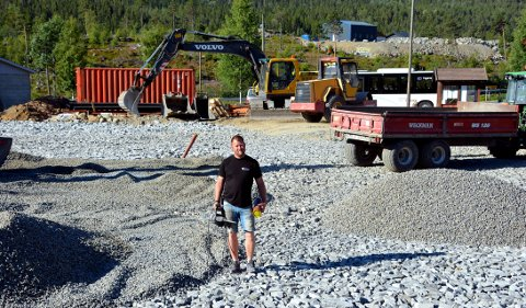 Mye arbeid: Tom Kjetil Tørstad brukte fem år før han klarte å skaffe seg en tomt i Ryfoss for den nye Jokeren. Det er mange arbeidstimer som står igjen før butikken er klar til bruk, men nå er mye av grunnarbeidet gjort.