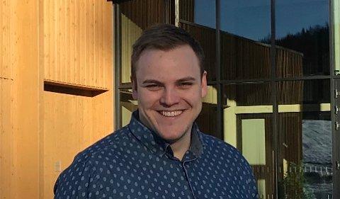 HØYTIDLIGJOBBSKIFTE:Søndag vigsles ungdomsarbeider Fredrik Røste til kateket under en seremoni i Rotnes kirke.