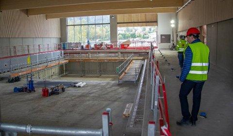 FOLKEBAD: Svømmebassenget på Elvetangen skal åpne til skolestart neste år.