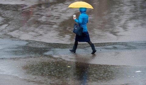 VÅTT OG GRÅTT: Den kommende helga byr på store nedbørsmengder og sur vind, ifølge meteorologen.