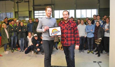 MOTTOK PRISEN: Greger Tangen (til høyre) jobber med kundeservice i Fjellsport.no og mottok prisen på bedriftens vegne. Til venstre prisutdeler Are Vittersø fra Prisjakt.no.