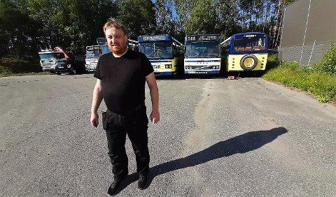 Espen Riis Andersen, styreleder i Johns Treider Veteranklubb, mener det er synd at de fem museumsbussene deres ikke får stå i fred.