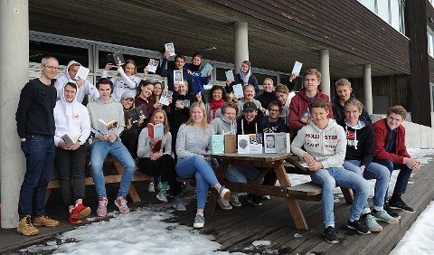 Elever ved NØVGS Tynset 3. klassetrinn, sammen med prosjektleder for Ungdommens kritikerpris Bjarte Bakken og lærer Kari Vårhus.
