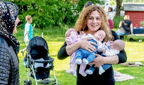 Lykkelig mor: Houda Baroudi med trillingene Lamar, Amir og Adam, som er siste tilskudd på Bjørnebekk asylmottak.