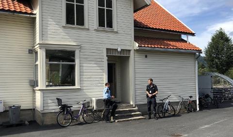 POLITIVAKT: 16. august 2019 var det to politifolk på plass ved moskeen i Kvinesdal.