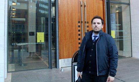 FENGSLING: Advokat Fisnik Baki utenfor Oslo tingrett i forbindelse med varetektsfengslingen av to tenåringer etter at noen har angrepet Stovner politistasjon med brannbombe.
