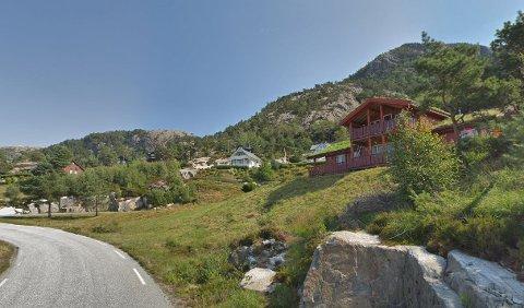 Ei hytte i dette hyttefeltet i Gulen vart selt for 3,7 millionar kroner i juni.
