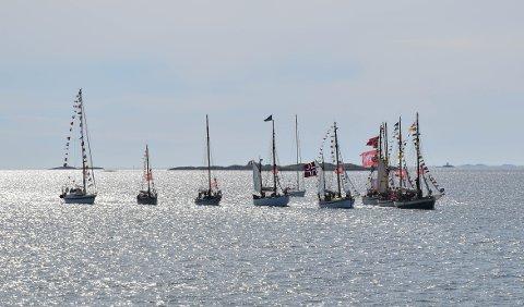 Ti skuter med 130 speidere seilte inn mot Bodø Havn.