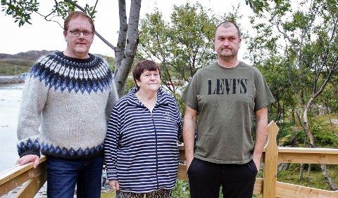 Hardis Danielsen (72) og sønnene Trygve (52) og Jostein (50) føler seg dårlig behandlet av kommuneledelsen i Rødøy.